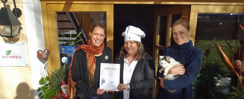 V.l.n.r.: Nora Klopp (Projektleitung Tierschutz auf dem Teller, Schweisfurth Stiftung), Hedwig Hemmerlein-Kohlmünzer (Inhaberin und Gastronomin, Landgut Tiefleiten) und Tochter Johanna
